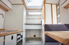Blick nach vorne: In der Mitte der Sanitärbereich, vorne die Stockbetten, unten mit Tunnel in das Fahrerhaus. (Foto: Polygon Shelter)