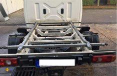 Der raffinierte Grundrahmen mit der Verriegelung über Anhängerkupplungsköpfe auf dem T5-Fahrgestell des Verkäufers…(Foto: Schwarz)