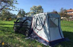 """Mangels Platz und Stehhöhe war der Multivan mit """"Außenbewirtschaftung"""" gebaut: Alles war vom Heck aus und geschützt durch das Heckklappenzelt leicht zu erreichen. (Foto: Schwarz)"""