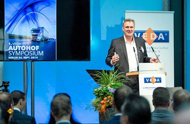 Dr. Ing. Stefan Krause, Leiter der Abteilung Bundesfernstraßen im BMVI, überbrachte ein Grußwort von Minister Andreas Scheuer und ging dann auf die Problematik fehlender Stellflächen für LKW ein. Er begrüßte die Initiative der VEDA, Lösungen gegen den Parkplatzmangel zu entwickeln. BMVI und VEDA wollen in Zukunft verstärkt bei der Lösung der Sachfragen zusammenarbeiten. (Foto: VEDA)