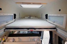 Das Schiebebett des Hochdachs ist geräumig und mit Tellerferdern sehr komfortabel ausgestattet. (Foto: det / D.C.I.)