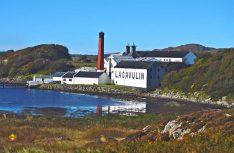 Die Brennerei Lagavulin ist die zweite Destillerie auf der Hebrideninsel Islay, etwa eine Meile von Laphroaig entfernt. (Foto: Holidu)