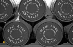 Auf dem Weg zu den Highlands ein Muss: Die Brennerei Blair Athol Distillery in Pitlochry ist schon lange in Betrieb. (Foto: Holidu)
