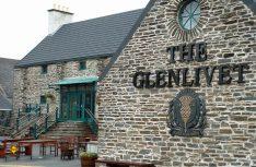 Die Glenlivet Distillery Brand Home wurde im Jahr 1824 gegründet und ist seit ihrer Eröffnung fast durchgehend in Betrieb. (Foto: Holidu)