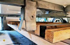 Anprobe: Der Grundrahmen mit den Trichtern zur Aufnahme der Anhängekupplungsköpfe wird eingerichtet und fertiggestellt. (Foto ams)