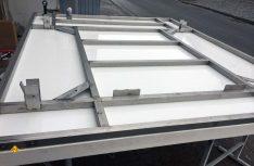 Passt: Der Grundrahmen auf der Bodenplatte bei Stauber-Motorhomes. Aus Platzgründen muss die Kabine auf dem Firmenhof von Stauber zusammengebaut werden. (Foto Stauber)