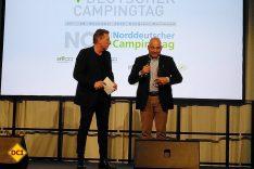 Stefan Thurn vom ADAC erhielt den BVCD-Camping-Star 2019 für seine langjährigen Verdienste um die Campingbranche. Links Moderator Ludger Abeln. (Foto: tom / D.C.I.)