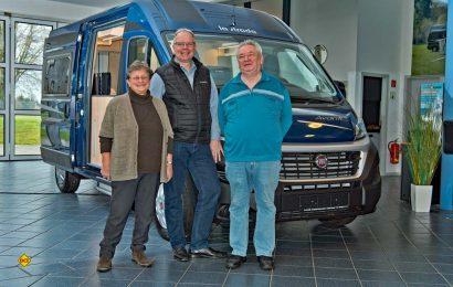 Familie Leon aus Berlin vor ihrem neuen la strada Avanti M mit Marco Lange, geschäftsführender Gesellschafter der la strada Fahrzeugbau GmBH (Mitte). (Foto: la strada)