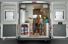 Der variable Heckbereich des Campeo lässt auch den Transport von Sportgeräten und Fahrrädern zu. (Foto: Bürstner)