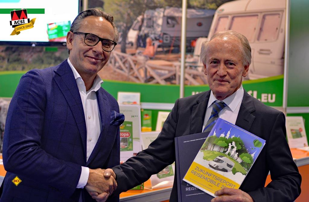 Mit dem niederländischen Camping-Spezialisten ACSI ist für die Studie Zukunftsreport - Reisemobile 2030+ ein weiterer Unterstützer an Bord. Professor Dr. Josef Fischer (rechts) übergibt die Studie an ACSI-CEO Ramon van Reine. (Foto: det / D.C.I.)