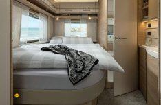 Das französische Bett mit danebenliegendem Sanitärraum im Heck. (Foto: Fendt Caravan)