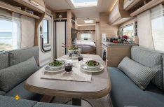 Die extravagante Lounge-Sitzgruppe im Bug des Fendt Bianco Primo 465 SFH. (Foto: Fendt Caravan)