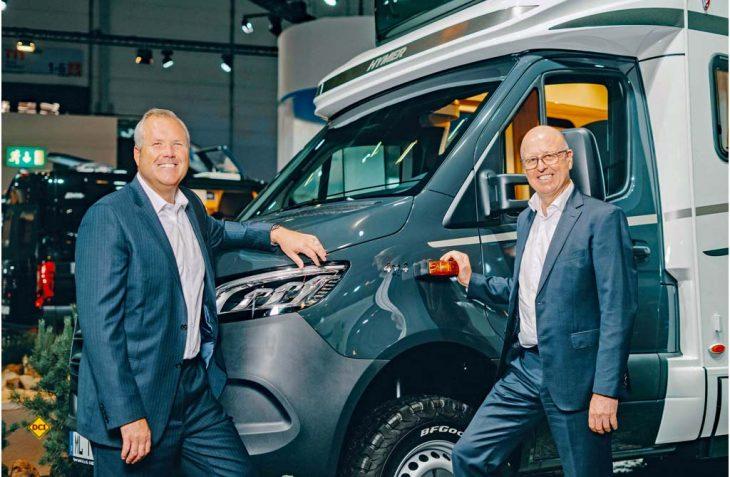 Die Strategie steht: Bob Martin, Präsident und CEO von Thor Industries (links) und Martin Brandt, Vorstands-Chef der Erwin Hymer Group planen mit der neuen Tochterfirma Hymer USA die Produktion und Vermarktung von Freizeitfahrzeugen in den USA. (Foto: EHG/Thor)