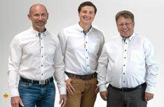Jochen Reimann (links) hat sich auf der Geschäftsführung von Morelo zurückgezogen. Robert Crispens (mitte) und Reinhard Löhner verantworten weiter die Gechsicke des Premium-Herstellers. (Foto: Morelo)