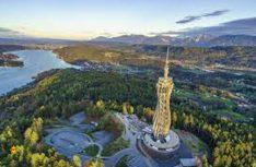 Der Pyramidenkogel ragt mit fast 100 Metern Höhe spiralförmig in den Himmel und ist der welthöchste Aussichtsturm aus Holz. (Foto: Wörthersee Tourismus)