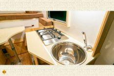 Der einflammige Gasherd und das kleine Spülbecken lassen wenig Raum für ausladende Kochabende. (Foto: Schwab/madeinrussia.de)