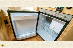 Der gasbetriebene Kühlschrank von Dometic beinhaltet auch ein Gefrierfach. (Foto: Schwab/madeinrussia.de)