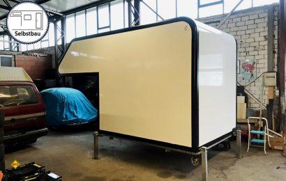 Ohne Kratzer und ohne Loch steht die neue Kabine in der Werkstatt, ihr geht es jetzt an den Kragen, Fenster und Klappen brauchen Öffnungen in der Sandwichwand. (Foto: Schwarz)