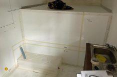 Einbauteile, wie hier der Frischwassertank in der Sitzbank, werden eins zu eins an der richtigen Stelle aufgelegt und dann mit Krepp übertragen. (Foto: Schwarz)