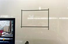 Zur Kontrolle, wie der Sitz der Fenster außen aussieht, werden diese auch von außen abgeklebt. Dann wird das Maß von innen durch Eckbohrungen nach außen übertragen. (Foto: Schwarz