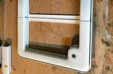 Die Klappe für den Gaskasten an der alten Kabine war geteilt zu öffnen. Daher musste die Klappe für die neue Kabine umgebaut werden. (Foto: Schwarz)