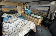 Aus der Zwierseitzbank wird ein Doppelbett. Weiteres Schlafmöglichkeit bietet das Bett im Aufstelldach. (Foto: Bravia)