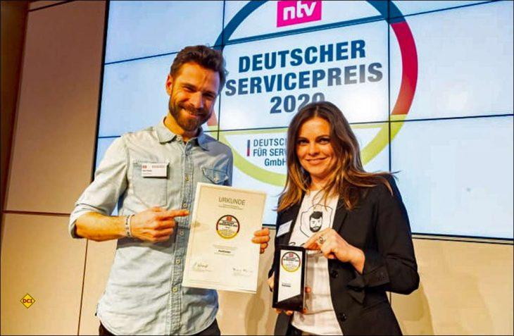 PaulCamper-Gründer und CEO, Dirk Fehse (links) nimmt den Award entgegen. (Foto: PaulCamper)