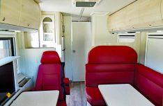 Gediegener Luxus mit einer L-Lounge Sitzgruppe. Die helle Möblierung bringt moderne Akzente. (Foto: det / D.C.I.)