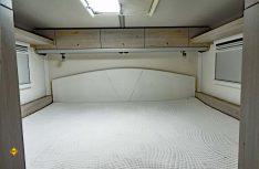 Das Heck-Längsbett mit Gardemaßen im Schlafbereich über der Heckgarage. (Foto: det / D.C.I.)