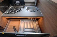 Trotz kompakter Ausmaße ist relativ viel Staumraum im Küchenblock vorhanden. (Foto: det / D.C.I.)