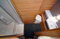 Der Sanitärraum mit getrennerter Dusche ist als Raumbad ausgelegt und kann nach vorne abgetrennt werden. (Foto: det / D.C.I.)