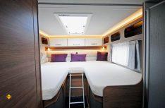 Der Schlafebereich im Heck überzeugt mit komfortablen Einzelbetten. (Foto: det / D.C.I.)