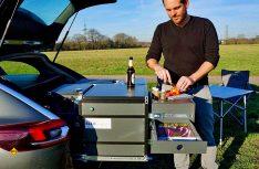 Mit der Ello Campingbox wird aus dem Kombi ein Freizeitmobil: Die Ello Campingboxen sind einfach zu entnehmen und ergänzen den Kombi mit Küche, Bett, Wasserversorgung und Stauraum. (Foto: Ello)
