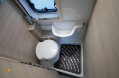 Der Sanitärraum ist kompakt, aber auch dank Schiebewaschbecken in allen Funktionen gut nutzbar. (Foto: det / D.C.I.)