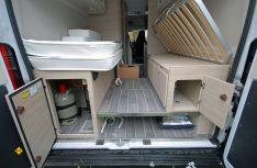 Variabler Heckbereich: Ein Zwischenboden bietet weiteren Stauraum für langes Staugut, die Lattenroste können hochgeklappt werden. (Foto: det / D.C.I.)