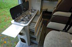 Der Küchenblock mit erweiterbarer Arbeitsfläche ist komplett und bietet erstaunlich viel Stauraum. (Foto: det / D.C.I.)