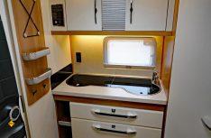 Funktionale Heckküche mit ausreichend Stauraum und kompletter Ausstattung. (Foto: sis / D.C.I.)