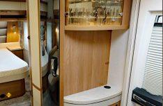 Die Schrankzeile enthält Kleiderschrank, 150- Slim Tower Kühlschrank, TV-Kommode und Glasvitrine. (Foto: sis / D.C.I.)