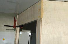 Die Trennwand zum Bad ist aus Pappelsperrholz als Holzständerwand. Zum Schluss wird die gesamte Fläche wie die Kabinenwände mit Gisatex-Bespannung überzogen. (Foto: Schwarz)