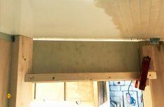 Die teilverkleidete Trennwand mit Holzständern und Türsturz. Der Spalt zwischen Trennwand und Kabine wird am Schluss mit dauerelastischem Material verfugt. (Foto: Schwarz)