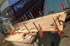 Das Türblatt zum Bad wird in Leichtbauweise aus Sperrholz und Leisten verleimt. (Foto: Schwarz)