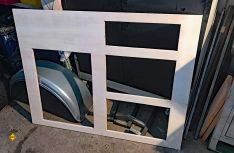 Die Frontausschnitte des Küchenblocks sind fertig ausgeschnitten. (Foto: Schwarz)
