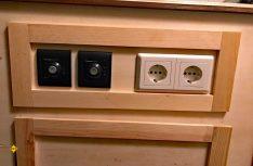 Im Bereich der Spüle kann kein Auszug eingebaut werden. Hier passen die Fernsteuerungen von Boiler und Heizung im Verbund mit Steckdosen zum Gesamtbild. (Foto: Schwarz)