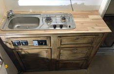 Erste Anprobe des grundierten Küchenblocks in der Kabine. (Foto: Schwarz)