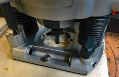 Mit der Oberfräse werden Nuten für die Fachböden in die Zwischenwände gefräst. (Foto: Schwarz)