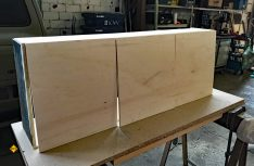 Die Klappen des Hängeschranks sind aus Gewichtsgründen aus 10 Millimeter Pappelsperrholz gefertigt.(Foto: Schwarz)