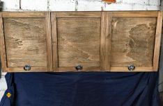 Der Hängeschrank mit erster Grundierung aus Lasur. Je nach Geschmack kann die Oberfläche bei Pappelsperrholz variiert werden (Foto: Schwarz)