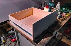 Die Schubkästen entstehen aus 16 Millimeter starkem Pappelsperrholz. An der Seite die Laufschiene des Vollauszugs. Das Gegenstück mit den Rollen kommt an die Trennwände. (Foto: Schwarz)