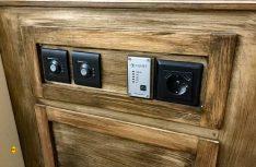 Anstelle der ursprünglich eingeplanten Haushalts-Schukosteckdose wurde später eine aus dem Bootsbauversand mit Schuko- und USB-Steckdosen installiert. Dazuhin noch in schwarz wie die übrigen Schaltelemente. (Foto: Schwarz)