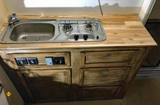 In die widerstandsfähige Arbeitsplatte der Küche aus Massiv-Leimholz werden die Einbaugeräte ausgesagt und eingebaut. (Foto: Schwarz)